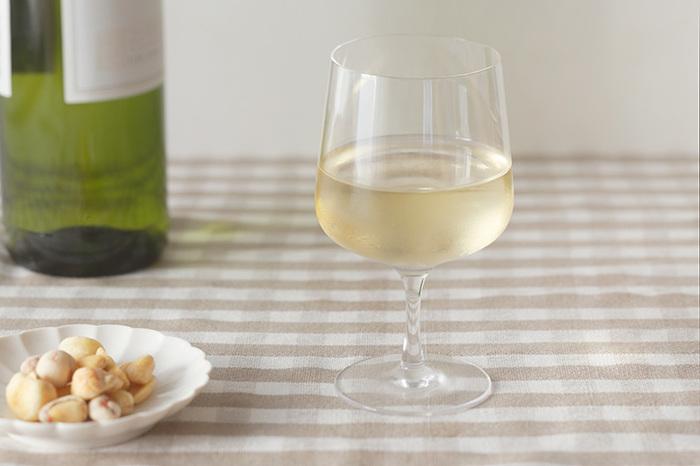 食にまつわるセレクトショップ「フードフォーソート」は、実用性と美しさを兼ね備えたアイテムを取り扱っています。ワイングラスをぎゅっと小さく縮めたようなこちらのグラスは、東京でひとつひとつ手作りされたもの。