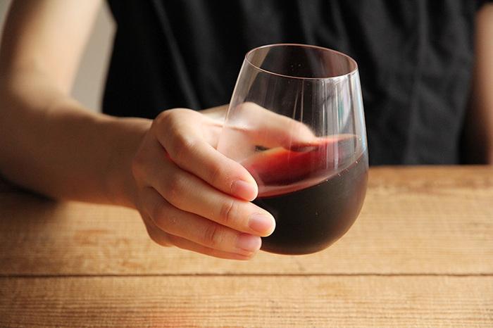 「葡萄酒器」は、ワインをおいしく飲むために作られたグラス。ボルドー型のワイングラスからステムを取り払ったようなデザインで、和の食卓にもしっくりなじみます。ワインを手のひらでゆっくり温めて、香りを楽しんでみませんか?  おすすめワイン:赤ワイン(ボルドー) 食洗機:× 高さ:120cm