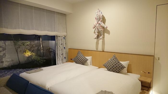 全128室ある宿泊棟には、ひと部屋ごとに違うコンセプトが。こちらは京都出身のアーティスト、木村舜さんプロデュースのお部屋。カーテンも木村さんが描いたイラストをテキスタイルに起こしています。お部屋にいる時間もアートに浸れるなんて、アート好きにはたまりませんね。