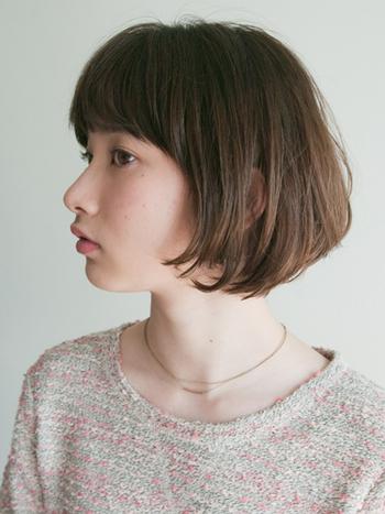 内側と外側の髪の長さに幅の狭い段差があるボブスタイルのことを「グラデーションボブ」といいます。細かな段差をつけることによって丸みのあるフォルムや、癖を目立たせない重みを作ることができます。