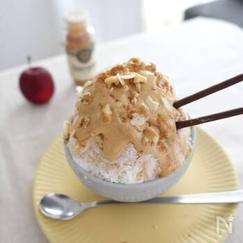 インスタントコーヒーにお砂糖、お湯などを混ぜて泡立ててホイップ状にしたものを牛乳かき氷にかけたダルゴナコーヒー風のかき氷。写真のようにポッキーやナッツをトッピングしてもOK!一息つきたくなるような美味しいかき氷です。