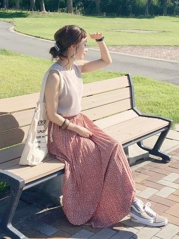 ピンクの花柄スカートも、こちらのように淡いトーン&それ以外を白やベージュでまとめたコーディネートなら甘くなりすぎず大人っぽくナチュラルな印象に。足元をスニーカーで外しているところもポイントです。