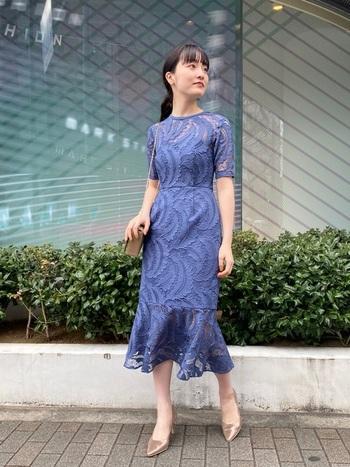 エレガントなリーフ柄が印象的なこちらのドレスは、身体のラインが美しく見せる工夫が仕込まれており、構築的なシルエットが現代的な雰囲気に。爽やかなのにスモーキーなカラーなので、カラー物が苦手な方でも着やすい。