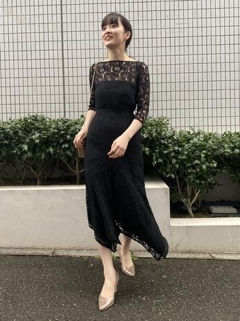 お葬式を連想させることから全身真っ黒はNG。黒のドレスを着る場合には、袖や肩周りに透け感があり、軽い印象のものを選びましょう。また、足元にヌードカラーを入れたり、アクセサリーで華やかさを足したりと「まっ黒」を避けて。