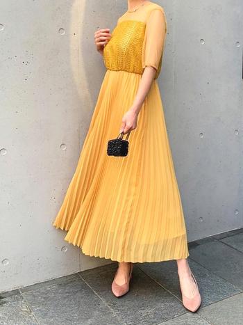 レースとシフォンがMIXされた、ちょっぴり珍しいプリーツスカートドレス。ぱっと目を惹く山吹色が夏場のオケージョンにぴったり。普段着にも使えそうな万能デザインなので、パールアクセなどで差別化を図って。