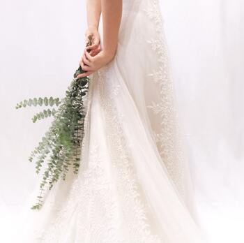白は花嫁のためのカラーなので、白や白っぽく見えるようなドレスはマナー違反です。また、近年意識も薄れてきましたが、バイカラーのドレスは「色が分かれている」ことで「別れ」を連想させるために縁起が悪いとも言われていますので、目上の方が多く出席されるようであれば選ばない方が無難です。