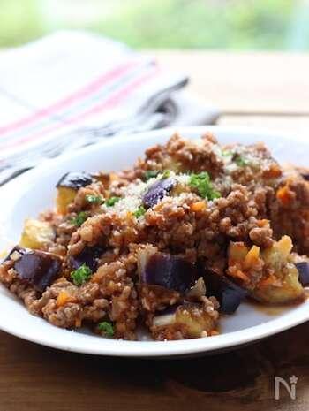 合いびきミンチで作る、ボロネーゼ風の炒め物です。ご飯にのせて丼ぶりにしても、パスタに和えても美味。トマト缶を加えれば、ミートソースにもアレンジできます。常備菜として、たくさん作ってストックしておいても◎
