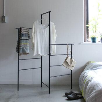 コの字またはL字に広げられるハンガーラック。玄関先のコート掛けに、または脱衣所のタオル掛けに、あるいは寝室の洋服掛けに。どこに置いてもなじみやすいシンプルなデザインです。