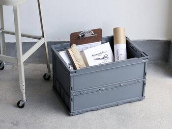使わない時には平たく折りたためる収納ボックス。引っ越し時やアウトドアシーンで役立つことでしょう。そのまま部屋に置いてもおしゃれに見えるデザインです。