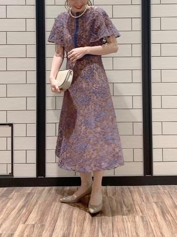 立体的なフラワーモールレースは上品なのに存在感があり、一枚で様になるおしゃれなドレスです。腕周りの身幅が広く、ふんわりしているので、気になる二の腕もカバーしてくれます。