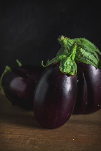 ▪長さ:10~15cm ▪品種:賀茂なす、長岡巾着など  コロンとした形がかわいらしい丸なすは、やわらかく皮と引き締まった果肉が特徴的。盛りつけやすい形状も相まって、田楽や煮物にぴったりです。ちなみにヘタが緑色のなすは、アメリカや西洋のものを日本向けに改良したタイプ。果肉が硬めで煮崩れしにくいので、煮物やステーキにも◎。