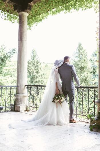 晴れ渡った空が清々しい夏の結婚式に参列するのなら「明るさ」「涼しさ」「軽やかさ」を意識したドレス選びが大切。近年40度超えの猛暑日が続くことも珍しくありませんから、着心地の良さと見た目の爽やかさは重要なポイントになってきます。