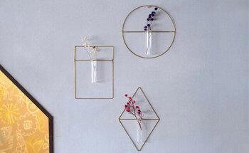 真鍮×ガラスがオシャレで、アート作品のような雰囲気。壁掛けするときに小さなピンでも留まるように、軽く作られています。