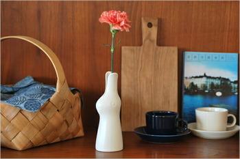 ウサギの耳の間から花が咲いているように見えて、遊び心たっぷり!食器やファブリックも人気の鹿児島 睦さんのデザインです。