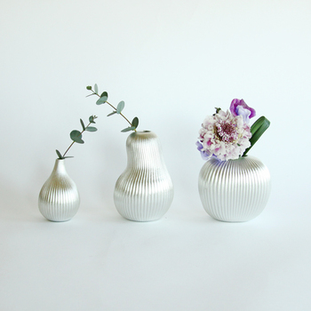 1916(大正5)年から続く鋳物メーカーの「能作」。「suzu」は錫を使った花瓶のシリーズで、イチジク・洋梨・りんごがモチーフになっています。錫は抗菌性が高く水をきれいな状態に保ってくれるため、花が長持ちするのも魅力です。