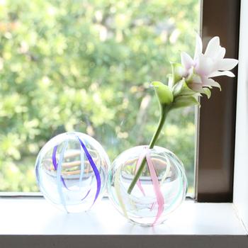 青森県の伝統工芸品として指定を受けている津軽びいどろ。手毬のようにコロンと丸い形が可愛らしい一輪挿しです。一つひとつ手作業で作られているのに、きれいな球体になっていることに驚かされます。