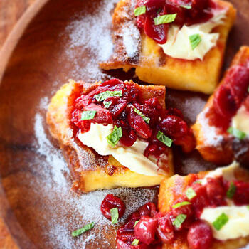クリームチーズ、ライム、ミントの葉、オールスパイス…オリエンタルな味わいを楽しめる、スペシャル感満載のフレンチトーストです。ぶどうとラズベリーという酸味のある組み合わせのソースがマッチして美味しそう♪