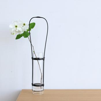 1898(明治31)年創業の、竹細工の老舗「公長齋小菅」。竹の表皮がシンプルなガラスにまとわれています。