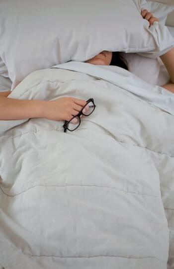 睡眠時間が短いと、頭皮の新陳代謝に必要な「成長ホルモン」の分泌が低下する可能性があります。そうなると、健康な頭皮を保つことが難しくなり、乾燥しがちに。頭皮が乾燥すると、皮脂が不足していると身体が察知し、かえって皮脂の分泌が増加してしまいます。寝る前にスマホの画面などの強い光を浴びたり、寝る直前に食事や入浴したりすると、睡眠の質が低下するので注意が必要です。