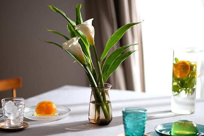 真鍮の蓋は取り外せるので、花をたくさん生けたい場合にも活躍してくれます。多肉植物の水耕栽培にも使えますよ。