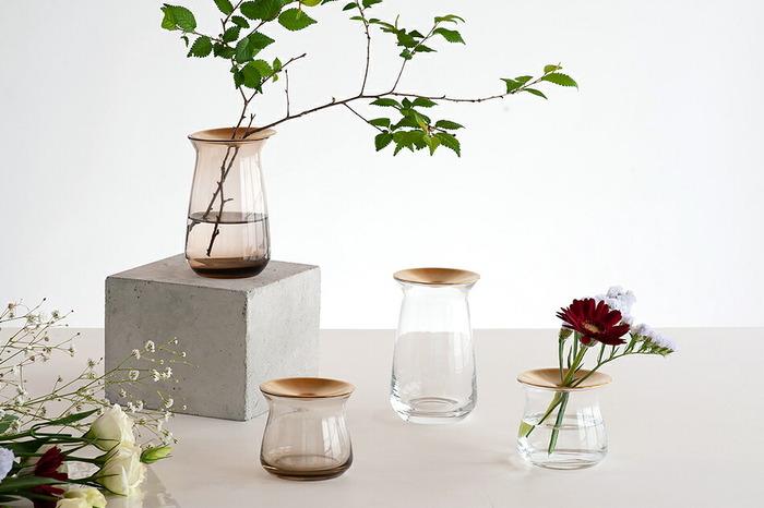 くびれのあるガラス瓶に真鍮の蓋を合わせた、スタイリッシュな一輪挿し。色はクリアとブラウンの2色で、サイズも2パターンから選べます。