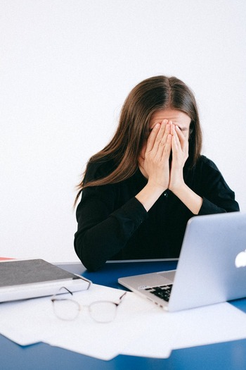過剰なストレスがかかると、自律神経のバランスが崩れホルモンバランスに影響を及ぼします。皮脂の分泌に影響を与える男性ホルモンが増加して、頭皮がベタつく要因に。毎日、不規則な生活をしていたり、些細なことをクヨクヨと抱え込んでしまうと、ストレスが増大し、頭皮にも影響を与えます。