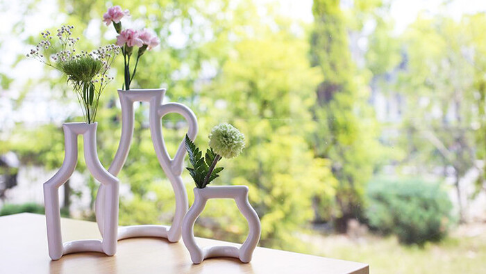 花瓶の向こう側の景色が見えるのも、面白いところ。花瓶のデザイン性が高いので、道端でたまたま出会った花を生けても様になります。
