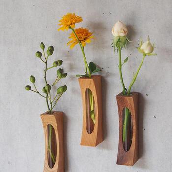裏に付いたマグネットで壁に飾ることができる「花カベ」。押しピンを壁に刺して接着させる仕組みです。