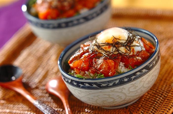 コチュジャンを使えば韓国風の漬け丼が完成。大葉、海苔、温泉卵と共にトッピングして。