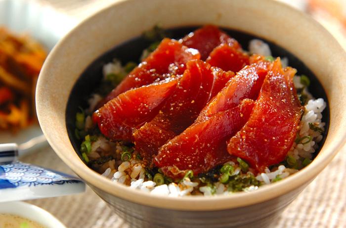 もっちりと味わいが増した漬けの刺身は、ごはんに乗せて丼にするのが美味しいですね。小葱や大葉、海苔や白ごまなどを散らして盛り付けましょう。