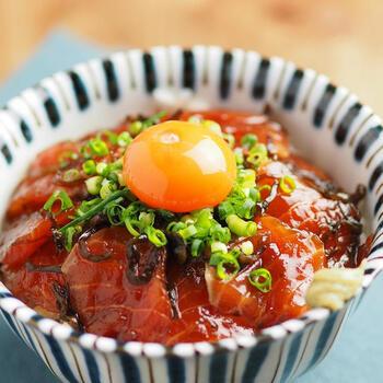塩昆布を加えると、旨味と塩分がプラスされて丼にぴったりの仕上がりになります。醤油味が染み込んだサーモンに、とろ~り卵黄を絡ませて召し上がれ。