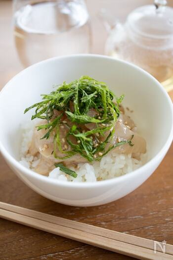 ゴマダレに漬けた鯛の、あっさりお茶漬け。疲れた日や食欲のない時にもサラサラと食べやすいでしょう。