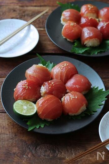 しっかりと味をつけた漬けマグロは、手毬寿司や散らし寿司のネタにおすすめです。醤油いらずでそのまま食べやすく、見栄えもいいのでパーティやおもてなしに向いています。