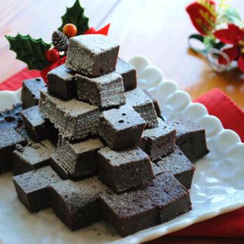 冬に恋しくなるガトーショコラも、炊飯器を使えばお手軽に作れます♪ホール型のまま粉砂糖をトッピングしたり、キューブ型にカットしたりと、シーンに応じて使い分けできます。ちょっとした手土産や差し入れとしても重宝しそうですね。