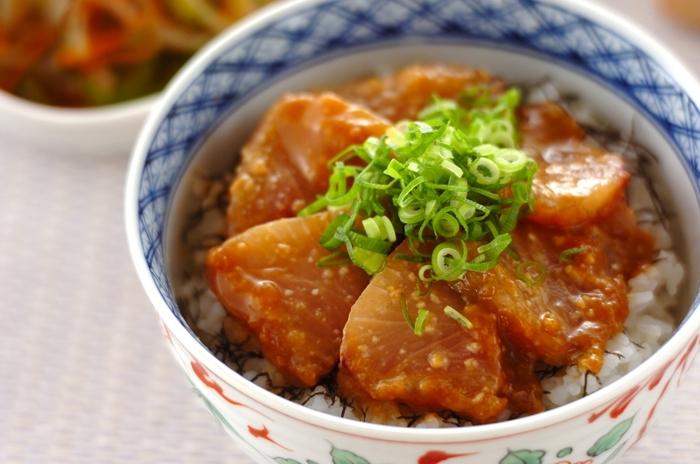 一般的に漬けダレは醤油ベースが主流ですが、味噌味も絶品ですよ。白米に合うのはもちろん、酢飯にのせても最高です。