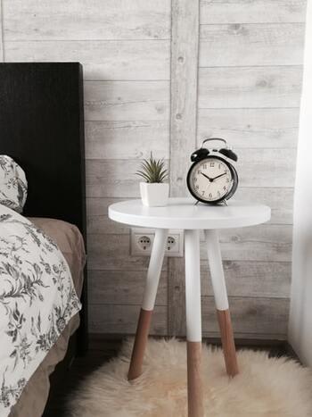 頭皮の新陳代謝を整えるためには、良質かつ十分な睡眠が必要。最低6時間は、睡眠時間を確保するようにしましょう。また、睡眠の質を向上させるために、寝室の気温や湿度に気を配ったり、寝具を快適なものに変えましょう。寝る前にスマホやテレビを見るのは避けたほうがよいでしょう。