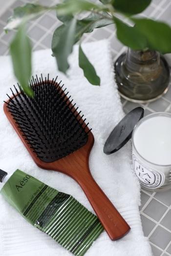 まずは、髪を濡らす前にブラシで髪の毛をとかします。ブラッシングすることで髪の絡まりを防ぐことができ、表面についたごみなどを取り除けて、髪や頭皮が洗いやすくなります。