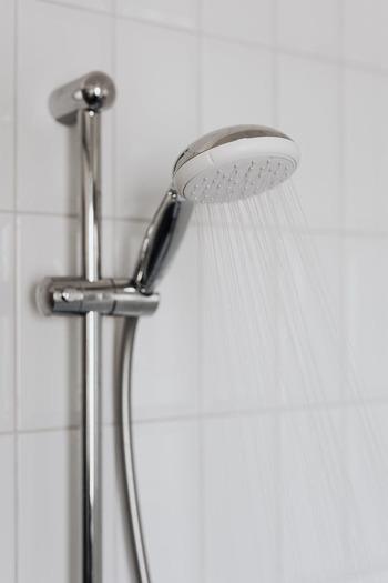 頭皮と髪をぬるま湯でしっかりと濡らしましょう。しっかり濡らすことでシャンプーの泡立ちが良くなり、汚れや過剰な皮脂を洗い流しやすくなります。