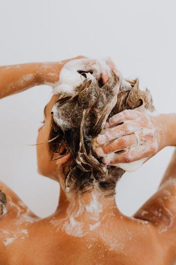 シャンプーの泡を髪と頭皮につけて、指の腹で丁寧に洗います。爪を立てると頭皮が傷つくので、指の腹を使い、頭皮をマッサージします。マッサージで血行を促進させることで、頭皮環境の改善が期待できます。このときシャンプーブラシを使うと、毛穴の奥の汚れをしっかりとかき出すことができ、頭皮がすっきりします。