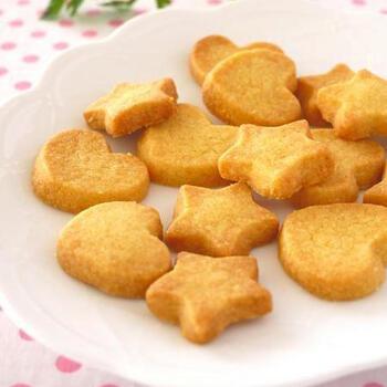 バターとホットケーキミックスだけで作れるクッキーは、子どものお菓子作りデビューとしてもおすすめです。星型やハート型に型抜きする作業も楽しんでもらえそうです。材料が2つだけで作れるレシピなので、思い立ったときにチャレンジできるのも魅力です。