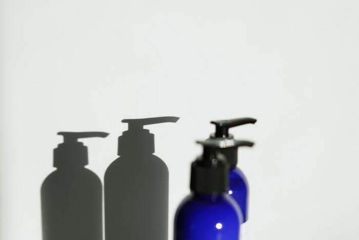 頭皮の臭い・ベタつきを防ぐためには、シャンプー選びも重要です。頭皮の環境を整えてくれるスカルプケア成分が配合されているものや、優しく洗い上げるアミノ酸系のシャンプーがおすすめ。殺菌・抗菌作用のある薬用成分が含まれているシャンプーだと、頭皮の臭いの原因となる細菌を抑えられてより効果的です。