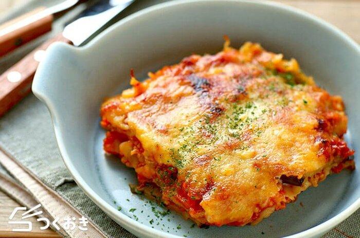 野菜がたっぷりで食べ応え満点。餃子の皮で作る簡単ラザニアレシピです。なすはあらかじめ焼いておくと生焼けを防げます。トマトソースはしっかり水分が飛ぶまで炒めるのがポイントです。