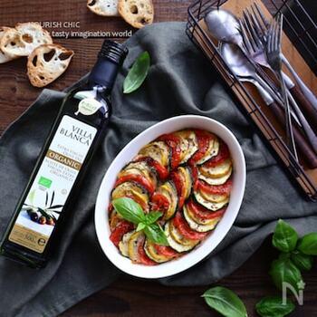 見た目にも鮮やかなトマトとズッキーニの下にはミートローフ風のパテが。一皿で満足できるレシピです。トマトに肉汁が絡まり味付けいらずで楽しめます。