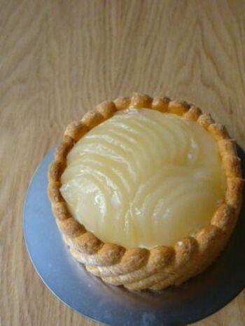 洋梨とババロアで作る王道シャルロット。洋梨は缶詰のものでも代用OKです。ビスキュイを作るときは、メレンゲの泡を潰さないように軽くさっくり混ぜることがコツ。