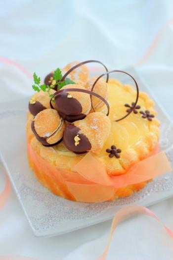 カスタードムース×バタースコッチキャラメルリキュールの組み合わせがこっくりおいしい、甘党さんにはたまらないシャルロットです。トッピングのチョコガナッシュ入りビスキュイでごちそう感がさらにUP!