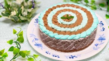 ミントガナッシュのグリーンとチョコレートガナッシュのブラウンがかわいい、チョコミント好きさんにはたまらないケーキです。ビスキュイもココア風味でチョコレート色に仕上げたら、こんなふうにおしゃれなケーキができちゃいます。