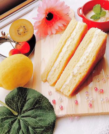 こちら、スポンジで作るシャルロットです。三角形に切ることで、一見サンドイッチみたいにかわいくできあがります。ホイップとジュレにレモンが香る、爽やかで甘酸っぱい味わいです。