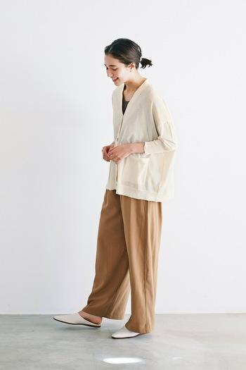 夏からちょっと秋色を先取り。こっくりとしたキャメルカラーが上品なワイドパンツ。流れるようなシルエットと自然に生まれるドレープが女性らしい。ラフにTシャツを合わせたり、夏素材のニットと合わせたり、シンプルな着こなしが魅力を引き立てます。