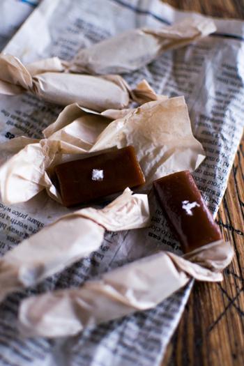 コトコトと煮詰める過程が楽しく、食べるのが待ち遠しくなる塩キャラメル。甘じょっぱくて、食べだすと止まらなくなります。