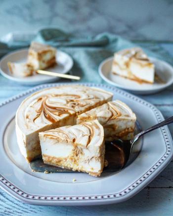 塩キャラメルクリームをたっぷり混ぜ込んだレアチーズケーキ。カットするとクリームがとろりと溢れます。塩を入れることによって、キャラメルクリームの甘さがより引き立ちます。